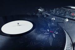 Piattaforma girevole che gioca musica con le linee trasversali disegnate a mano Immagine Stock