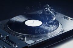 Piattaforma girevole che gioca musica con le linee trasversali disegnate a mano Immagini Stock