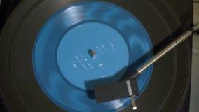 Piattaforma girevole d'annata con l'annotazione di vinile blu di Spining video d archivio