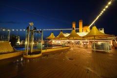 Piattaforma illuminata della nave alla sera. fotografia stock libera da diritti
