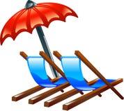 Piattaforma o presidenze e parasole di spiaggia Fotografie Stock Libere da Diritti