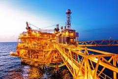 Piattaforma offshore della costruzione per il petrolio ed il gas di produzione con la b fotografia stock