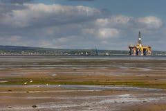 Piattaforma pensionata del trapano nell'estuario di Comarty, Scozia Fotografia Stock
