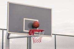 Piattaforma per i concorsi di pallacanestro Una pallacanestro colpisce lo shie fotografia stock libera da diritti