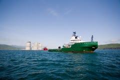 Piattaforma petrolifera in mare aperto di rimorchio della tirata Fotografia Stock