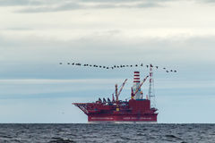 Piattaforma petrolifera Prirazlomnaya in mare di Barents Fotografia Stock Libera da Diritti