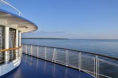 Piattaforma sulla barca di crociera del fiume sul fiume di Volga Immagini Stock Libere da Diritti