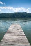 Piattaforma sulla riva del fiume immagine stock