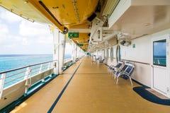 Piattaforma vuota della nave da crociera con le sedie Immagine Stock Libera da Diritti