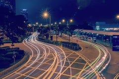 2019 piattaforme centrali a tarda notte del bus immagini stock