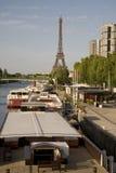 Piattaforme di barca e la Torre Eiffel, Parigi Fotografia Stock