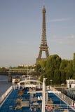 Piattaforme di barca e la Torre Eiffel, Parigi Fotografia Stock Libera da Diritti