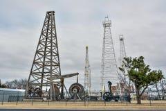 Piattaforme di produzione e torri situate nel parco di esplorazione di gas e di Devon Oil a Oklahoma City, OKAY immagini stock