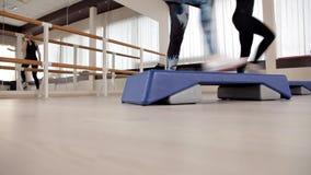 Piattaforme di punto piede sulla piattaforma di punto Classi nella palestra aerobica di forma fisica stock footage
