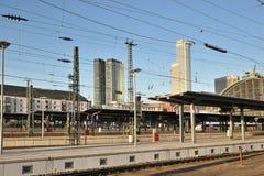 Piattaforme per i treni alla stazione ferroviaria Fotografia Stock Libera da Diritti