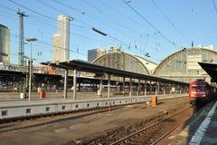 Piattaforme per i treni nella stazione ferroviaria Fotografia Stock