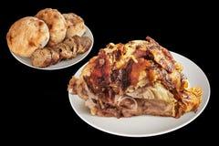 Piattata delle pagnotte del pane di Ham With Baguette Slices And Pitta della carne di maiale arrostite sputo isolate su fondo ner Fotografie Stock