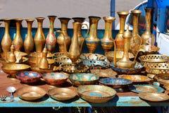 Piatti armeni dei ricordi fatti di metallo, rame, inseguente, lanciatori, decantatori, vetri, piatti, piatti, ciotole Immagini Stock Libere da Diritti