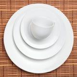 Piatti bianchi e una tazza Immagine Stock