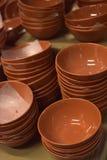 Piatti ceramici di Brown impilati Fotografia Stock