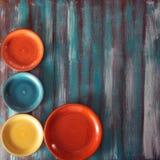 Piatti colorati su fondo di legno Immagini Stock