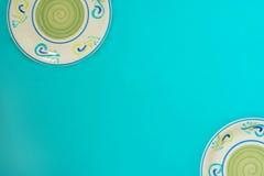 Piatti colorati su un fondo verde Fotografie Stock Libere da Diritti
