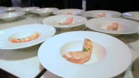 Piatti con bistecca di color salmone arrostita con le verdure su una tavola di legno archivi video