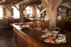 Piatti con i cuori del pan di zenzero che stanno su un contatore Fotografia Stock