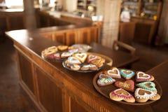 Piatti con i cuori del pan di zenzero che stanno in un deposito Fotografia Stock