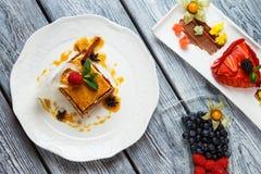 Piatti con il dolce e le bacche Fotografie Stock