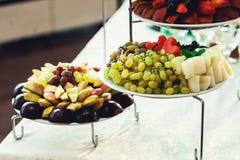 Piatti con la frutta fresca su un supporto Immagini Stock Libere da Diritti