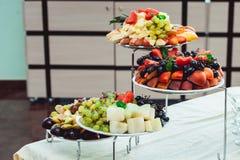 Piatti con la frutta fresca su un supporto Fotografia Stock Libera da Diritti
