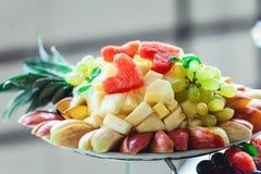 Piatti con la frutta fresca su un supporto Fotografie Stock Libere da Diritti