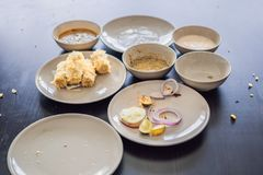 Piatti con le briciole di alimento Resti di alimento in piatti dopo lunc Immagine Stock