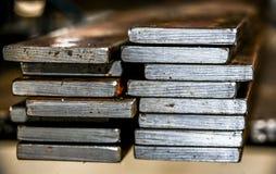 Piatti d'acciaio elaborati impilati Immagine Stock