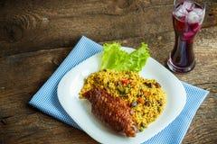 Piatti da carne di tacchino con le foglie dell'insalata e del riso e un vetro o Fotografie Stock Libere da Diritti