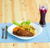 Piatti da carne di tacchino con le foglie dell'insalata e del riso e un vetro o Fotografie Stock