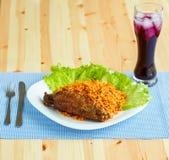Piatti da carne di tacchino con le foglie dell'insalata e del riso e un vetro o Immagini Stock Libere da Diritti