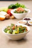 Piatti del fattouch arabo tradizionale e del tabulé dell'insalata su un fondo rustico Immagine Stock Libera da Diritti