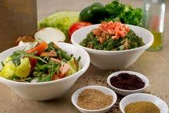 Piatti del fattouch arabo tradizionale e del tabulé dell'insalata su un fondo rustico Immagini Stock