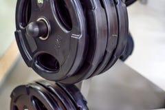 Piatti del peso della testa di legno e del bilanciere di forma fisica Fotografia Stock
