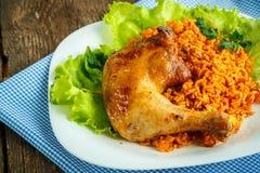 Piatti deliziosi dalla coscia di pollo con le foglie dell'insalata e del riso Fotografia Stock Libera da Diritti