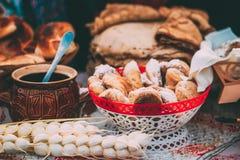 Piatti della cucina bielorussa tradizionale - pasticcerie e miele freschi immagine stock libera da diritti