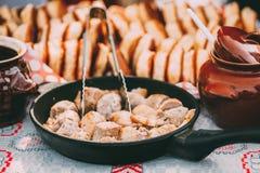 Piatti della cucina bielorussa tradizionale - salsiccie fritte della carne e del bacon, pasticcerie immagini stock