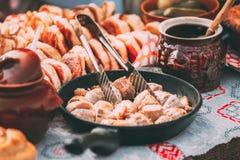 Piatti della cucina bielorussa tradizionale - salsiccie fritte della carne e del bacon, pasticcerie immagine stock