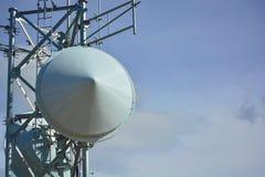 Piatti della torre radiofonica di microonda su Sunny Clear Day immagini stock libere da diritti