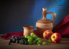 Piatti di ceramica e frutta Immagine Stock