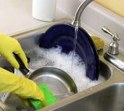 Piatti di lavaggio Immagine Stock Libera da Diritti