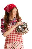 Piatti di lavaggio della giovane donna in cucina sopra fondo bianco Immagini Stock