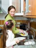 Piatti di lavaggio della madre e del derivato Fotografie Stock Libere da Diritti